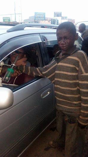 當這無家可歸的孩子在馬路上乞討時,他透過這台車的窗戶看到裡面的情形後,他流淚不已。