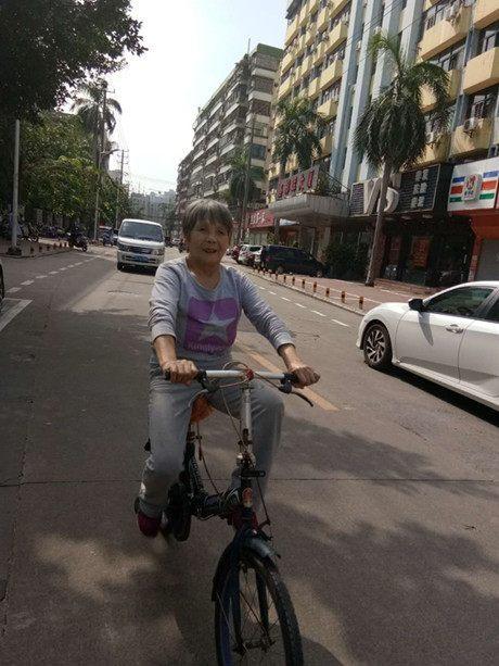 老太太股骨頭壞死20多年,如今行動自如能騎車,她的經歷告訴你(王亞香)