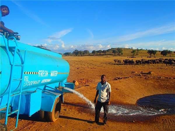 肯亞農夫冒險「載水3000加崙」解救旱區眾生 天天救濟從不喊苦:我不能不管!