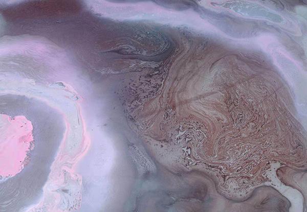 淡紫色的光環與密集的赭石線條強烈對比,形成了宏觀與微觀的世界(魯嚶鳴)