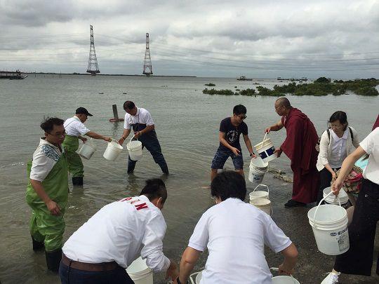 瑪倉文教基金會2019年10 月29日《佛定放生日》 號召二百餘人放流魚苗復育海洋資源