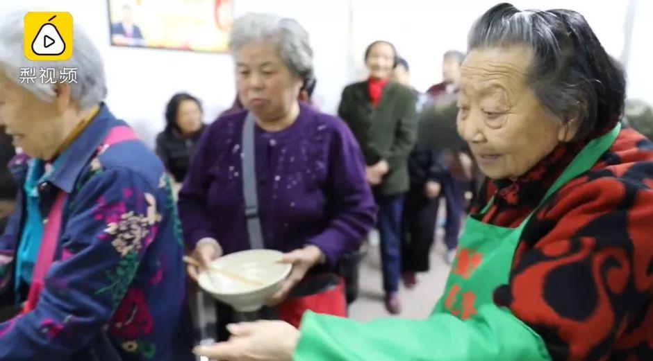90歲奶奶拿出畢生積蓄,開了一家免費的素食餐館:溫暖了別人,也照亮了自己!